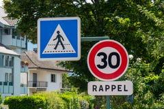 限制速度在法国街道上的30 km/h 免版税库存照片