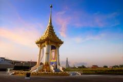 陛下已故的国王为皇家葬礼修造的普密蓬・阿杜德皇家火葬场复制品在Nakaphirom公园 免版税图库摄影