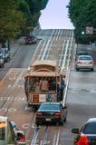 陡峭的上升的缆车争夺在鲍威尔街道 免版税库存照片