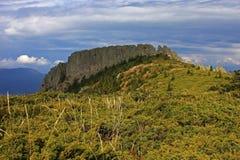 陡峭的山峰的壮观的看法 免版税图库摄影