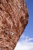 陡峭的岩石攀登 免版税库存图片