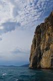 陡峭的岩石海滨 免版税库存图片