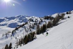 陡峭的梯度滑雪道在有朝向在下的孤立专家的挡雪板的意大利阿尔卑斯,反对美丽的蓝天- Pila,谷d `奥斯塔 库存图片