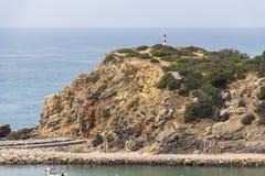 陡峭的海岸在阿尔加威地区,葡萄牙 免版税库存照片