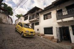 陡峭的街道在Giron哥伦比亚 免版税库存图片