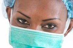 医院工作站的微笑的非裔美国人的护士在白色背景 库存照片