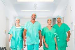 医院或诊所的外科医生作为队 图库摄影