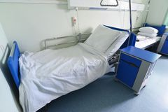 医院病床在医院病房里 免版税图库摄影