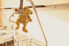 医院病床绞架玩具熊 免版税库存图片