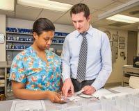 医院药剂师和技术标记的疗程 免版税库存照片