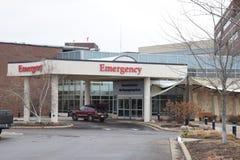 医院诊所与滑动玻璃门的入口医疗保健和许多Windows 库存图片