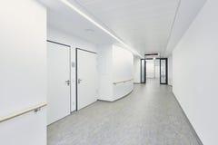 医院走廊明亮的白色 库存照片