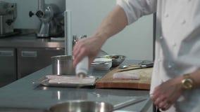 院长在餐馆烹调一条鱼 股票录像