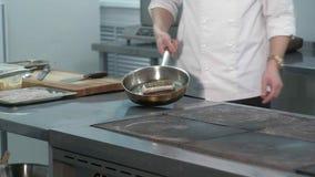 院长在餐馆烹调一条鱼 影视素材