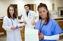 医院:不同种族的医疗队在工作 免版税库存图片