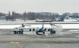除冰的治疗翼航空器在鲍里斯皮尔机场 基辅,乌克兰 免版税库存照片