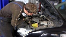 去除在近的发动机的汽车机械师人肮脏的空气过滤器 影视素材