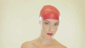 去除她的泳帽的白肤金发的妇女 影视素材