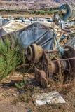 去除小船的老生锈和被放弃的机械从海 库存照片