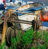 去除小船的老生锈和被放弃的机械从海 免版税库存图片