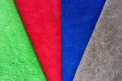 除尘和清洁蜡的五颜六色的microfiber织品在汽车或在干燥的洗车以后吸收水 免版税库存图片