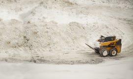 去除推土机的黄色雪 免版税库存照片