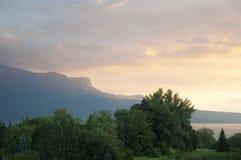 除日内瓦湖以外的绿叶日落的 免版税库存图片