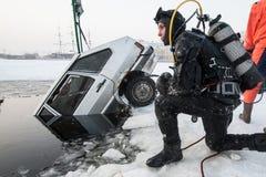 去除汽车在冰孔外面 库存图片