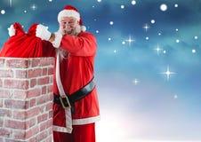 去除礼物大袋的微笑的圣诞老人从烟囱 免版税图库摄影