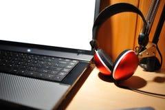 除耳机以外查出的膝上型计算机红色&# 免版税图库摄影