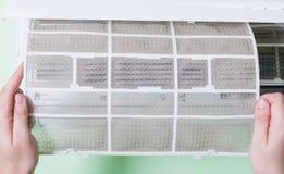 去除肮脏的空调器 免版税库存照片
