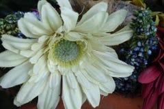 除芯庭院的花美丽的布料花束  免版税库存照片