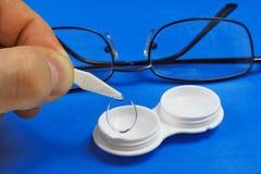 去除软的隐形眼镜从存贮事例 库存图片