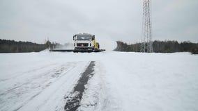 除雪和除冰卡车从路取消雪与在多雪的天气,路的特别机械的大桶 影视素材