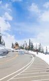除雪机闭合的山路 免版税图库摄影
