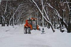 除雪机从在Tverskoy大道的路雪清洗在莫斯科 免版税图库摄影