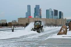 除雪机从路雪清洗在胜利公园在莫斯科 图库摄影