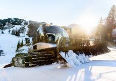 除雪机Snowcat滑雪在山的倾斜维护 免版税库存图片