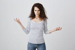 除非您在她的愤怒,要烧不要来更加紧密 恼怒的逗人喜爱的欧洲妇女画象有卷发传播的 免版税库存图片