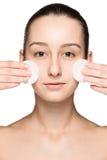去除面孔的护肤妇女与棉花棒 图库摄影