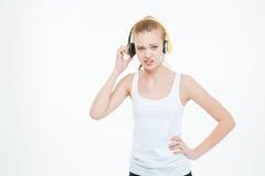 去除黄色耳机的不快乐的被注重的少妇 库存图片