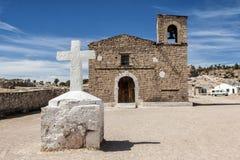 阴险的人教会在纱架,墨西哥附近的Tarahumara村庄 免版税库存照片