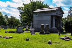 陵墓在有疏散墓石的坟园 库存图片