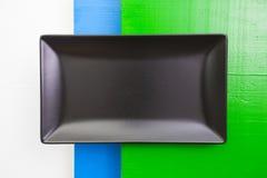 黑陶器在白色,蓝色和绿色木桌, 库存图片