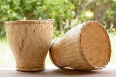 陶器火轮是厨师糯米的竹容器 免版税库存照片