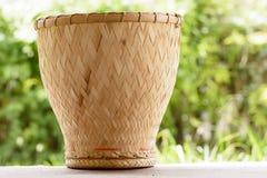 陶器火轮是厨师糯米的竹容器 免版税库存图片
