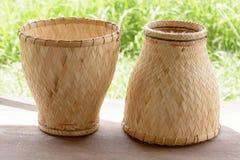陶器火轮是厨师糯米的竹容器 库存图片