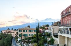 陶尔米纳与Etna的海景在背景中 免版税库存照片