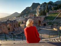 陶尔米纳古老剧院的风景  免版税库存照片