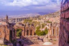 陶尔米纳和全景希腊剧院的部份看法  库存照片